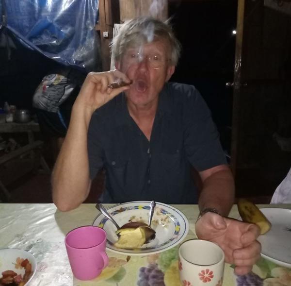 Und RICHTIG! Feierabend mit philippinischer Zigarre und Zuckerrohrwein.